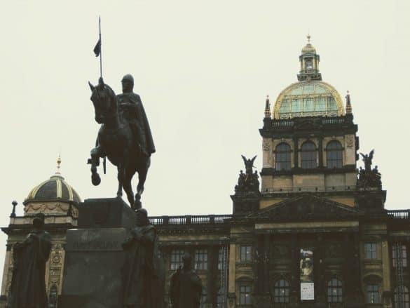 Praga, caballo y edificio
