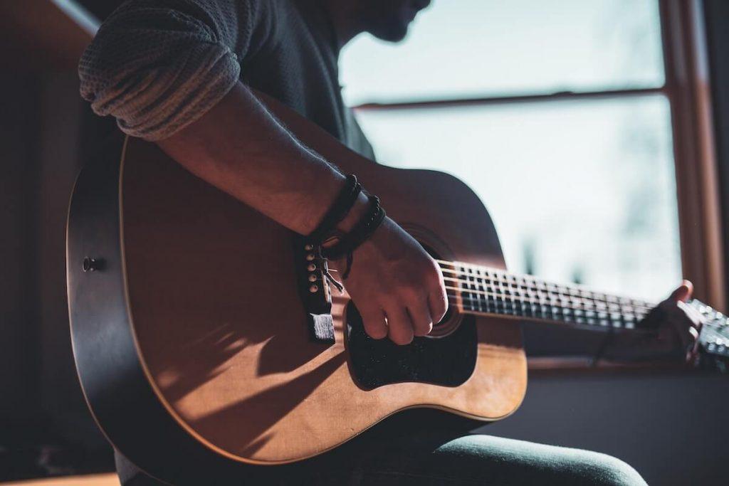 como aprender a tocar la guitarra